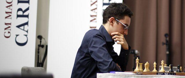 """A Saint Louis, Missouri, è in corso la Sinquefield Cup, un importante torneo di scacchi che è stato definito da diversi commentatori """"il torneo di scacchi più difficile della storia"""". Sebbene manchino ancora due turni alla fine il primo premio da 100 mila dollari è già stato vinto da Fabiano Caruana, un ventiduenne italoamericano, che giovedì ha pareggiato nella partita dell'ottavo turno contro il norvegese Magnus Carlsen, attuale campione del mondo di scacchi."""