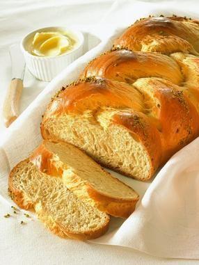 Feiner Hefezopf                              -                                  Ein lockerer Hefezopf zum Frühstück oder Osterbrunch
