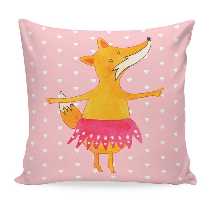 40x40 Kissen Fuchs Ballerina aus Soft-Feel Kissenbezug  Flauschig - Das Original von Mr. & Mrs. Panda.  Ein wunderschönes kuscheliges Kissen von Mr. & Mrs. Panda mit wunderbar weicher entnehmbarer Füllung  - liebevoll bedruckt, verpackt und verschickt aus unserer Manufaktur im Herzen Norddeutschlands. Das Kissen hat einen Reißverschluss zum Entnehmen der Füllung und die Größe von 40x40 cm.    Über unser Motiv Fuchs Ballerina  Die Fox-Edition ist eine besonders liebevolle Kollektion von Mr…