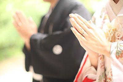 ふたりの幸せな気持ちを表現する方法としてこういうロケーションフォトもあります。表情は見えなくても伝わってくるものがありますね。ふたりらしさが伝わる結婚写真を残していきたいですね。大阪城公園で和装結婚写真のロケーション撮影。