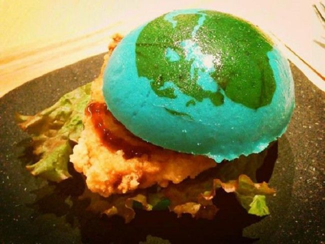 Have you ever been so hungry you thought to yourself: 'I could eat an entire planet!' Yeah, I sometimes get that too. The Orbi Yokohama science museum in Japan is currently serving a burger that you could say is pretty close to home: the Earth burger. The not-so-appetizing burger closely resembles our planet with its […]