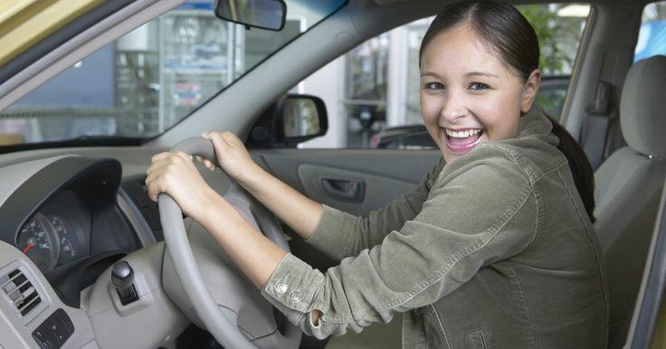 Cómo cambiar el microfiltro de cabina en un Nissan Xterra. El Nissan Xterra está equipado con dos microfiltros de cabina. Los microfiltros ayudan a limpiar el aire en el interior de tu vehículo. Nissan recomienda cambiar los filtros al menos una vez cada 25.000 millas (40.232,5 Km). Los filtros son relativamente fáciles de acceder; su reemplazo sólo toma unos pocos minutos.