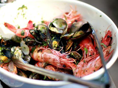 Grillade räkor och musslor i en härlig örtmarinad.