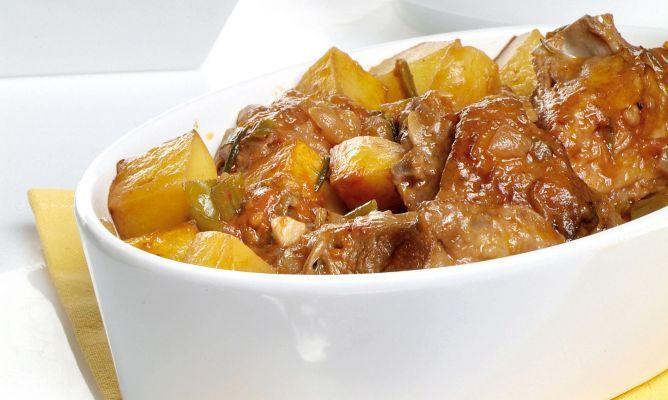 Receta de cordero guisado en olla rápida con patatas y una salsa de las verduras guisadas.
