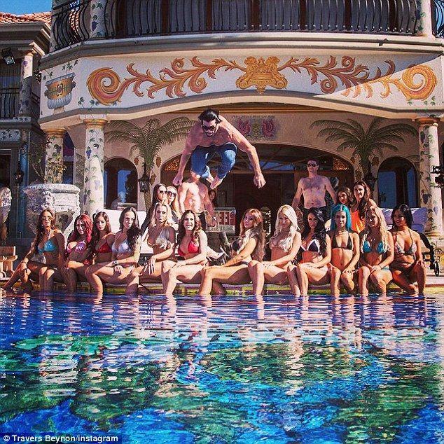 Τρελά πάρτι, όμορφες γυναίκες και υπερβολές: Η... απάντηση της Αυστραλίας στον Χιου Χέφνερ [εικόνες] | iefimerida.gr