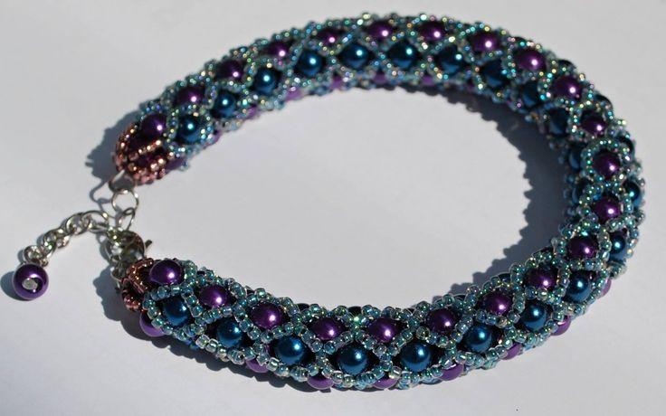 Náramek z perlí - Námořnická fialka Náramek je šitý ze skleněných perlí 4mm a rokajlu Toho 15/0. Je zakončený řetízkem a karabinou z chirurgické oceli. Součástí je prodlužovací řetízek z chirurgické oceli. Délka náramku - 17,5 cm bez zapínání (Se zapínáním 19 cm).