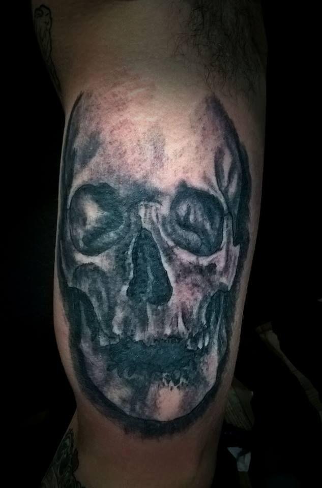 craneo! parte de una manga, no se aprecia bien el tattoo en la foto depsues sugo una mejor y curado! #skulltattoo #kalakatattoo #emetattoo #blackandgreytattoo