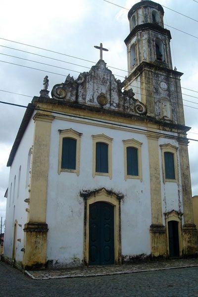 Igreja de Nossa Senhora do Amparo em São Cristovão, estado de Sergipe, Brasil. Construída no século XVIII, com interior bem simples, tem como destaque sua torre, que pode ser avistada de vários pontos da cidade.  Fotografia: http://www.badini.com.br