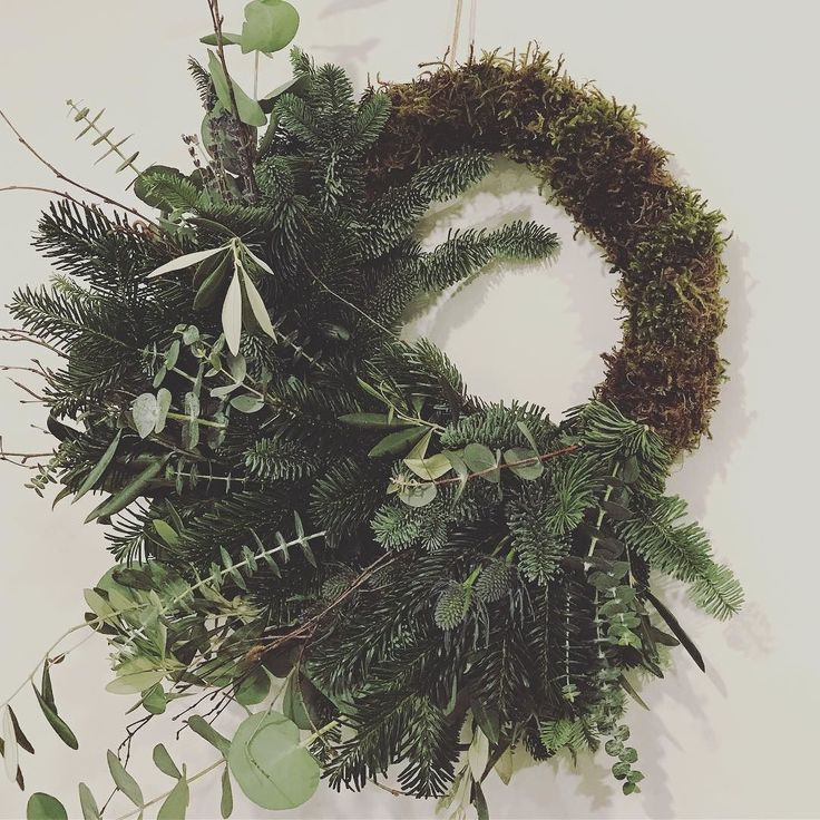 Christmas has arrived @daisysaysido HQ yesterday I attended a wreath workshop by the super talented @flowersbyce held in our studio @thecotswoldweddingstudio my effort was definitely Asymmetric and Wild! . . . . #wedding #weddingstyling #weddingstyle #weddinginspo #weddinginspiration #venuestyling #venuedecor #weddingdetails #bespokedesign #fineart #fineartweddings #christmaswreath #christmas #christmasishere #workshop #cotswolds #cheltenham #cirencester #wreathworkshop