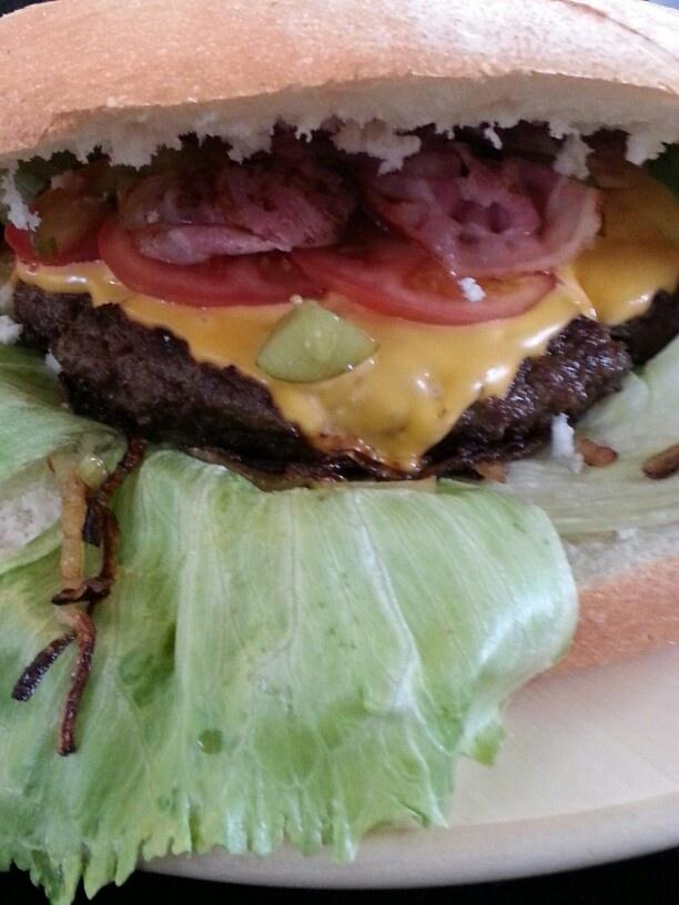 Mega hamburger op turksbrood