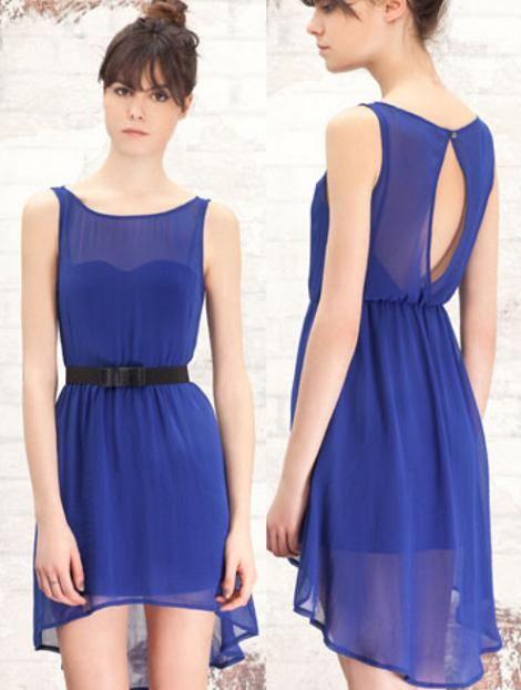 Los vestidos asimétricos están muy de moda esta temporada! Como este modelo en gasa y azul intenso