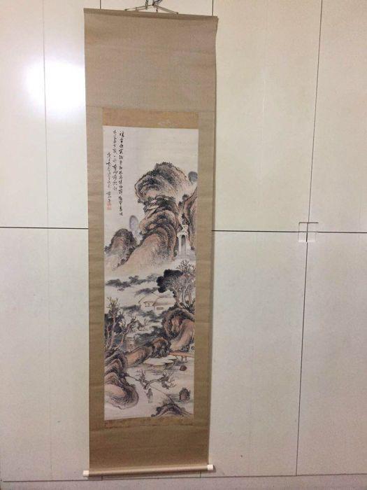 Opknoping scroll van een Chinese landschap door Hoashi Kyou (1810-1884) ondertekend-帆足杏雨 2 zeehonden - Japan - 1810-1884  Afmeting: 209 x 56 cmGrootte afbeelding: 134 x 41 cmTraditioneel Japans mount goed bewaard gebleven dierlijke beenderen gedecoreerd aan beide uiteinden van de as.Hoashi Sun 帆足杏雨 (1810-1884).(Mao Saishou 17 mei 1810-9 juni 1884) is een literaire kunstenaar actief in de Edo-periode en de Meijiperiode. De jongste broer Takanori Takeda. Een van de schilders van de tweede…