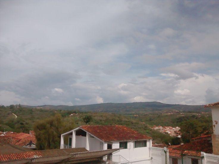 Desde este lugar se puede ver el barrio San Luis y no solo eso, además el cielo nublado y con sol que es el clima usual en el pueblito de Barichara.