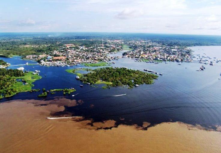 Encontro das águas barrentas do Rio Solimões contrastam com as águas do Lago de Coari, no Amazonas., Brasil