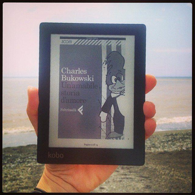 Cosa preferite portare in spiaggia: un ebook o un libro? In ogni caso: buona lettura! __ #repost @monicaperutz  Le nuove frontiere della lettura #letturine #levanto #relax #kobo #daichenonpiove #beach #bukowski #unamabilestoriadamore #happy #saturday : @monicaperutz
