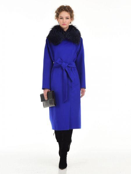 Классическое пальто прямого силуэта со съёмным воротником из окрашенного меха лисыСостав100% молодая шерсть THERMO ColomboОсобенности моделирукав кимонокарманы прорезныедополнено поясомдлинна 110смцвет: индиго