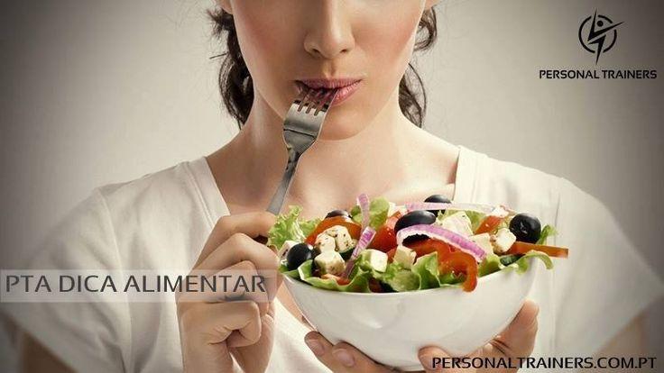 PTA DICA ALIMENTAR  Dê tempo ao corpo para se saciar!  A comunicação entre o corpo e o cérebro demora, pelo menos, 15 minutos a acontecer. Portanto, se mastigar devagar transmitirá ao cérebro a informação de que está a começar a ficar saciado(a), reduzindo a vontade de continuar a comer. Se mastigar devagar, para além de comer menos, o seu organismo irá também assimilar os nutrientes dos mesmos. Bons treinos e alimente-se de forma correta!!  www.personaltrainers.com.pt