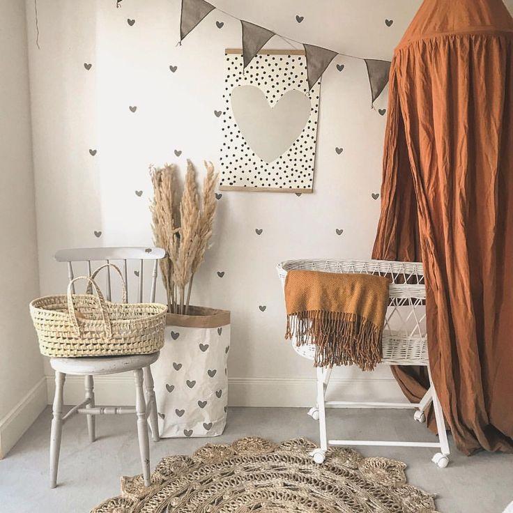 Babyzimmer einrichten Wandgestaltung 🧡 neutral Junge Mädchen 🧡 braun ocker mustard grau Senf Betthimmel Canopy  🧡 Wimpelkette Babybett Puppe…
