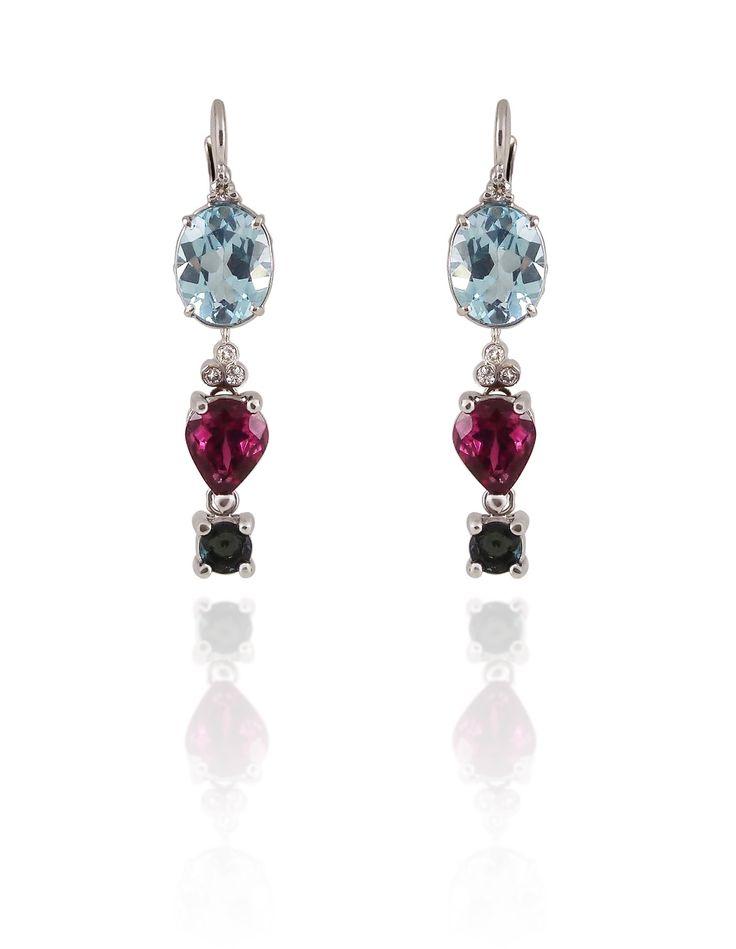Sonia tenía una pareja de topacios azules y quería un diseño de pendientes largos... Este es el modelo que diseñé para ella, en oro blanco con diamantes y turmalinas rosa.