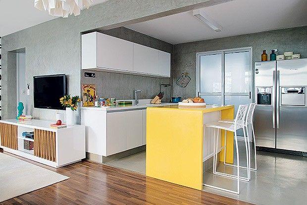 Cozinha | Com piso de tecnocimento, da NS Brazil, o ambiente foi integrado à sala. Bancada de Corian, da Studio Vitty. Sobre a ilha, fruteir...
