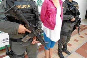 Santo Domingo.-La Policía Nacional apresó a tres de cuatro integrantes de una banda dirigida por una mujer que simulando estar embarazada penetraba a los negocios en busca de información y luego sorprendía al personal de seguridad encañonándolo con una pistola, permitiendo así la entrada de sus cómplices. Los prevenidos son Paola Jiménez Jiménez, de 21 […]