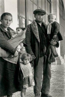 Familia de refugiados ©Agustí Centelles                              …