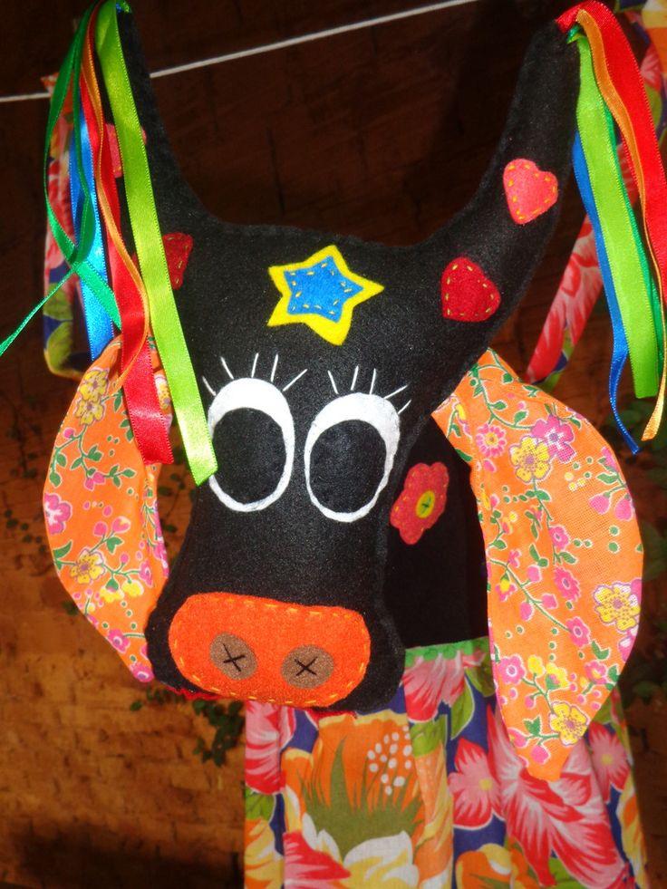 Quem não gosta de brincar? Boi bumbá feltro e espuma, com saia de chita bem colorida. Tem alças para vestir e brincar. Pode ser feito em tamanho infantil.