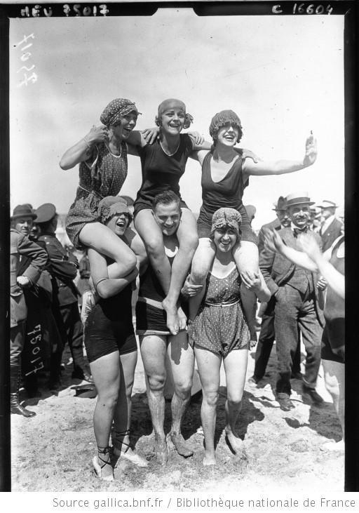 """Groupe de """"girls"""" sur la plage à Deauville. French National Library, Public Domain"""