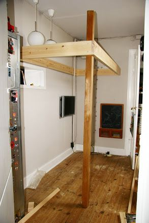 En høj seng giver ekstra plads i børneværelset, og er både enkel og billig at bygge selv. Her får du en guide til hvordan! Med udførlig beskrivelse og gode billeder.  Tekst og fotos er fra Kuno Bonne, Handymand.dk    Selvfølgelig kan du købe en høj