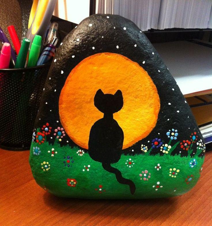 galets décoratifs à motif chat noir, lune et pelouse verte sur fond noir