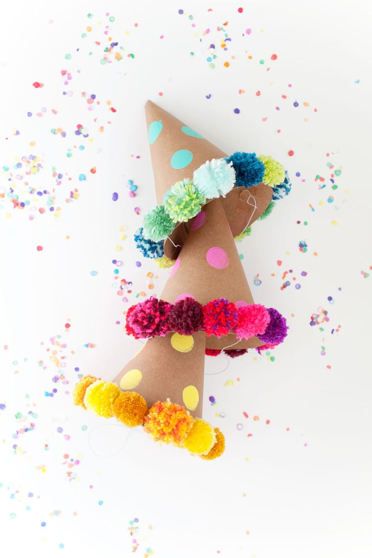 DIY Pom pom feesthoedjes. Perfect voor een kinderfeestje! // via Tell Love and Party