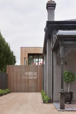 love the tiled entry and dirt driveway