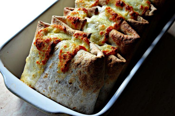 paczuszki z tortilli - Tym razem pyszna propozycja obiadu lub ciepłej kolacji prosto z piekarnika. Zaletą tego dania jest fakt, że farsz można przygotować wcześnie...