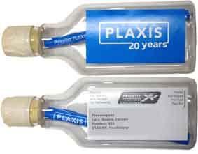 Flessenpost direct mail. Platte plastic flesjes. Geheel in corporate stijl. Voor en achterzijde beplakt met corporate sticker en adressticker.