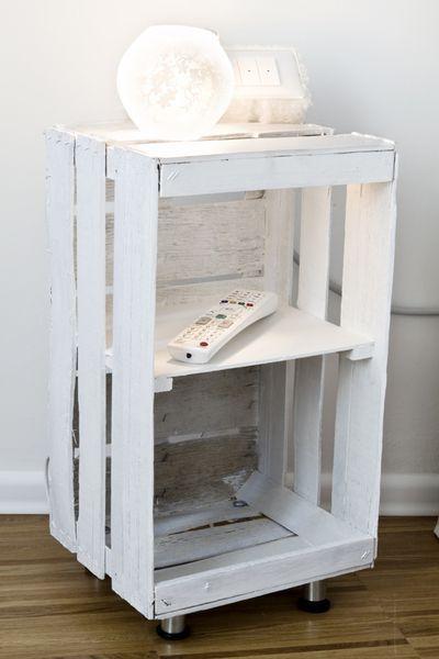 Come riciclare le cassette della frutta: un bel comodino fatto con una cassetta  di legno