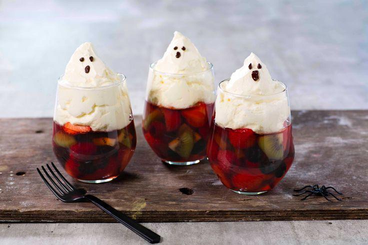 En morsom vri på gelé med pisket krem. Geleen er fylt med friske bær og spøkelseskremen er syrlig med kremost og fløte. Perfekt til Halloween.
