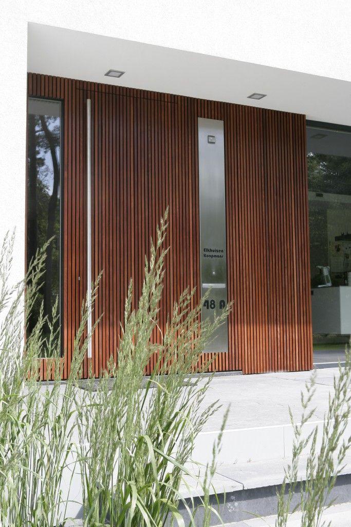 stucwerk en hout entree, maas architecten
