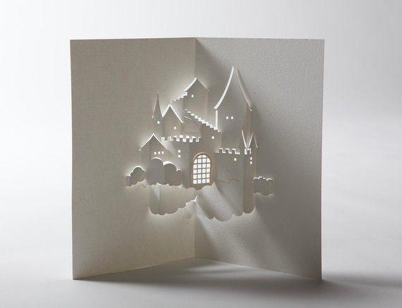 Eine alle weißen Pop-up-Karte erzeugt das Bild einer Burg in den Himmel.  Eine Kleber-weniger Karte aus einem einzigen Blatt hochwertige Aquarell Papier geschnitten und von hand zusammengebaut. Die untere Ecke der linken Rückseite enthält einen kleinen Brief gedrückt Siegel der Authentizität und enthält die Signatur des Künstlers.  Jetzt kommt mit einem weißen Umschlag mit Silberstreifen am Horizont! Karte und Umschlag kommen in einer Cellophan-Tütchen verpackt.  Geöffnet/Wohnung Größe: 8 x…