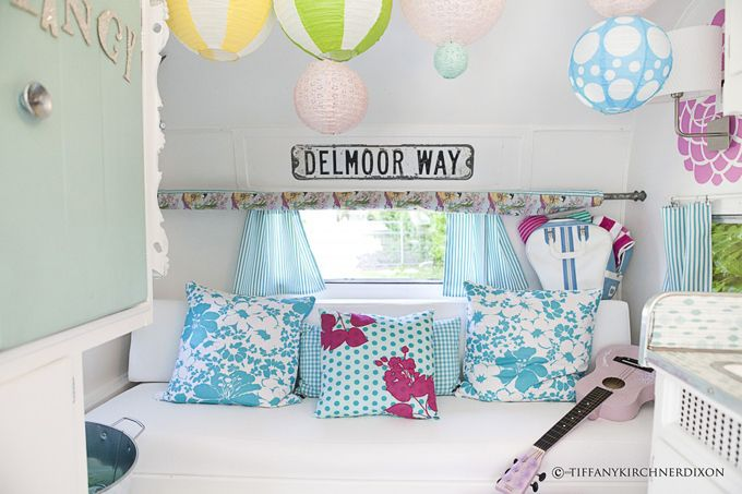 Gorgeous girly caravan makeover: Farms Girls, Texas Style, Vintage Caravan, Teen Girls Rooms, Campers Trailers, Rooms Ideas, Colors Schemes, Travel Trailers, Vintage Campers