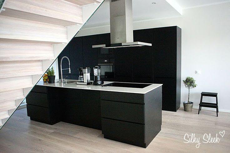 Black wooden kitchen  http://silkysleek.blogspot.fi