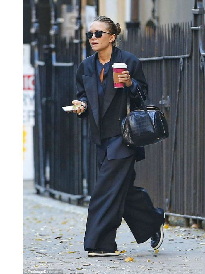 All Of The Olsen Twin S Best Street Style Moments In 2020 Olsen Fashion Ashley Olsen Style Olsen Twins Style