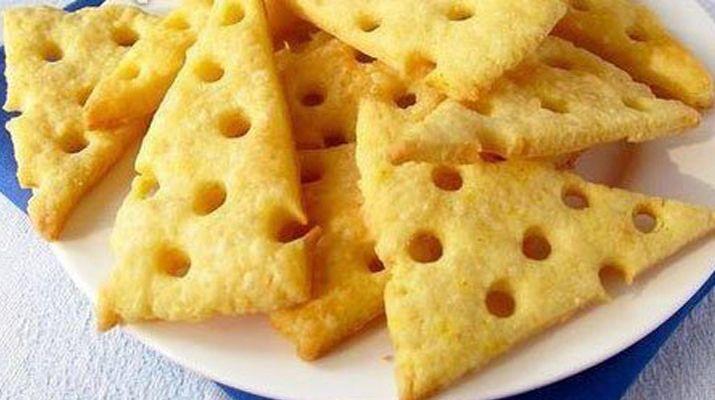 Сырные крекеры по этому рецепту получаются просто пальчики оближешь. Такие вкусные и хрустящие, что невозможно оторваться.