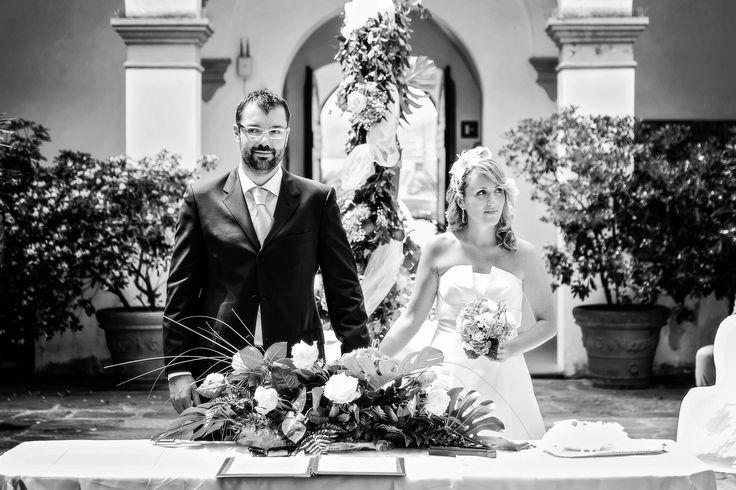 Sposarsi all'isola d'Elba - Getting married in Elba - #cerimonia #elba #isola #tuscany #mare #location #matrimonio #ceremony #wedding  Un momento saliente della celebrazione di un rito civile. Siamo nel Chiostro della De Laugier a Portoferraio (isola d'Elba) e questa coppia di innamorati, qui sposi, Serena e Franco Maria hanno appena pronunciato il fatidico sì. Organizzare questo matrimonio è stata un'esperienza unica. Foto Studio Brizzi www.weddinginelba.it www.minervarte.it