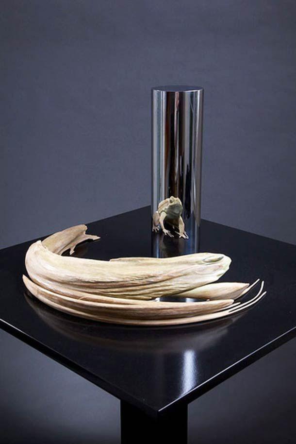 SCULPTURE-ANAMORPHOSE de Jonty HURWITZ. C'est bien d'un VOLUME projeté en ANAMORPHOSE qu'il s'agit ! Passionnant... On est tellement habitué à ce que CE QUI est projeté sur le cylindre — dans les anamorphoses banales — ne soit qu'une image en 2 dimensions !