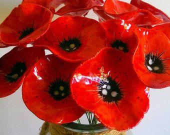 Hermosas amapolas cerámica rojos brillantes!  Estas flores son construido de arcilla de barro por mi a mano, encendida el horno y pintadas a mano