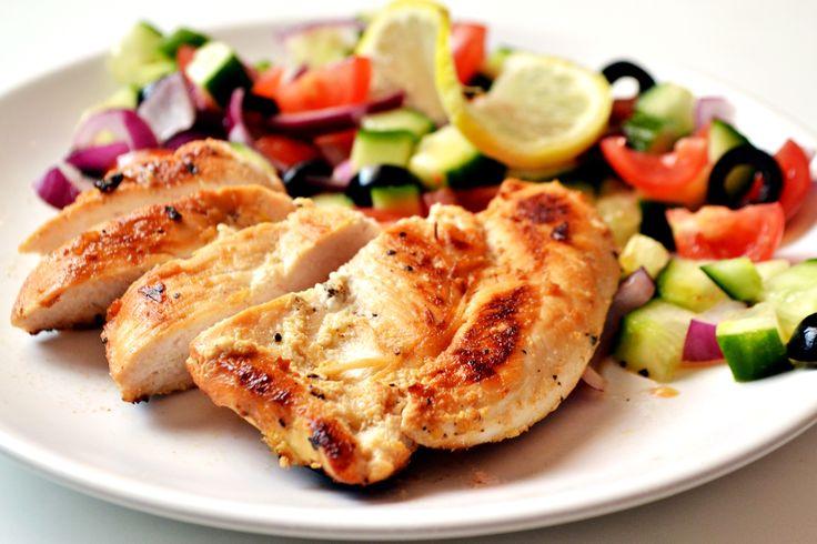 Przepis na pierś z kurczaka z jogurtem i cytryną: Danie bardzo łatwe w przyrządzeniu, można włączyć je do dowolnej diety. :) Nie warto skracać dwugodzinnego czasu marynowania mięsa, a nawet lepiej go wydłużyć i zostawić mięso na całą noc w marynacie.