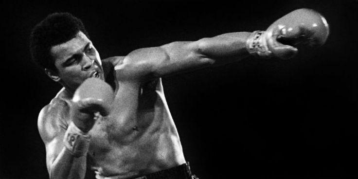 Muore a soli 74 anni il leggendario pugile Muhammad Ali, dopo una lotta contro il Parkinson che durava da ormai 30 anni. Noi di Blog di Sport vogliamo ricordare #10 delle sue citazioni più belle, sottolineando (oltre alla sua brillante carriera spo§rtiva) il suo impegno nella lotta contro la guerra (rifiutò di arruolarsi per andare