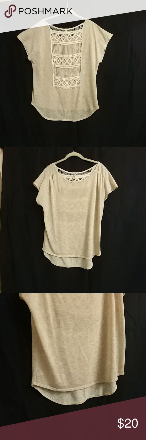 Shirt / Top beige knit, high-low, with woven back. This is a vert easy bteezy top with a open back, great to show off that summer tan. Tops