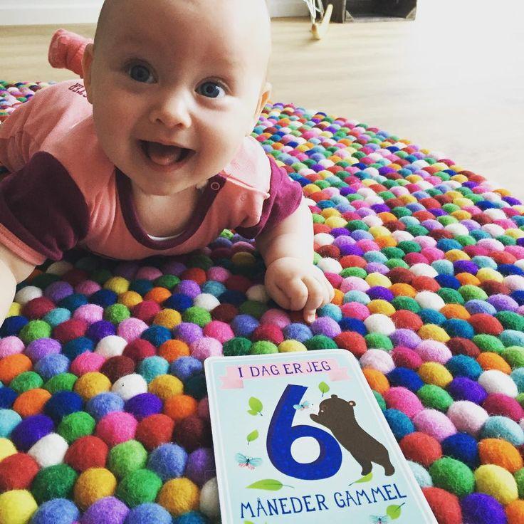 Das Baby ist begeistert für den Multi Color Teppich!