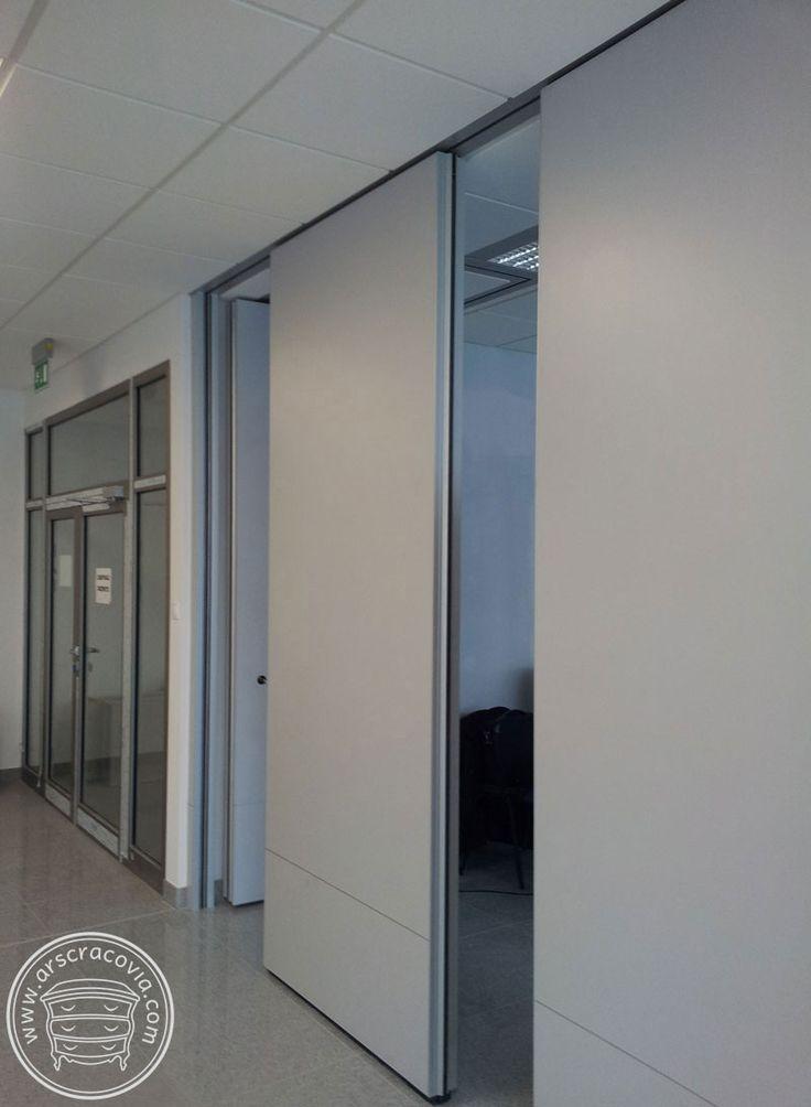 Ściany przesuwne w sali konferencyjnej, okładzina z płyt laminowanych laminatem HPL.